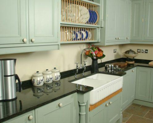 Definitionen av byggnadsvård symboliseras av modernt kök i gammal stil